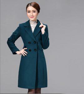 Áo choàng kết hợp váy cho ngày động lạnh giúp quý cô tuổi trung niên sang chảnh