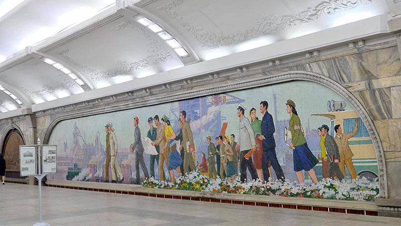 Một bến xe công cộng được trang trí tranh cổ động