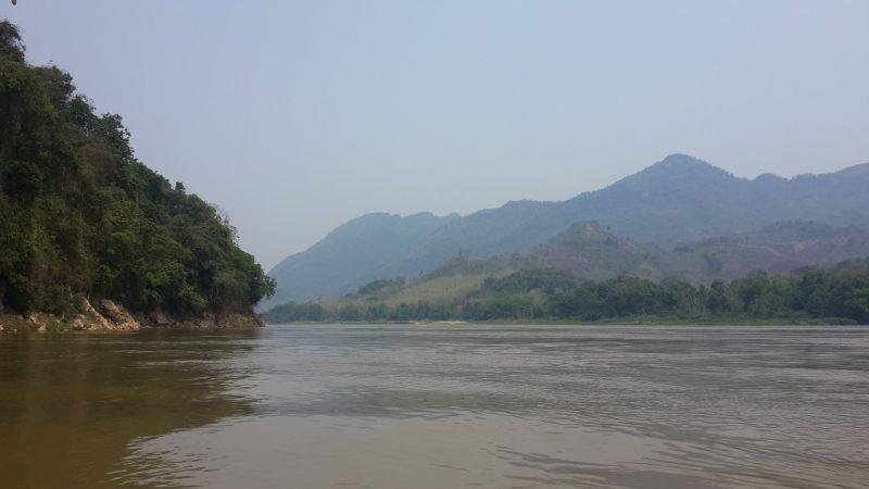 Qua sông Nam Khan vào hang Pak Ou.