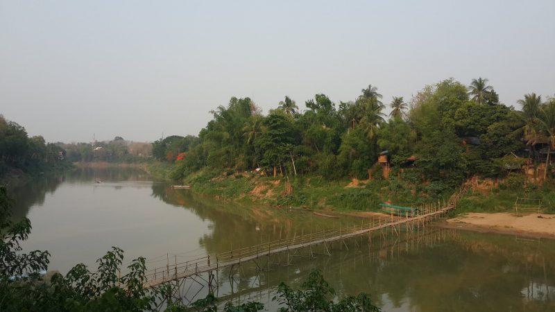 cầu tre bắc qua sông Nam Khan