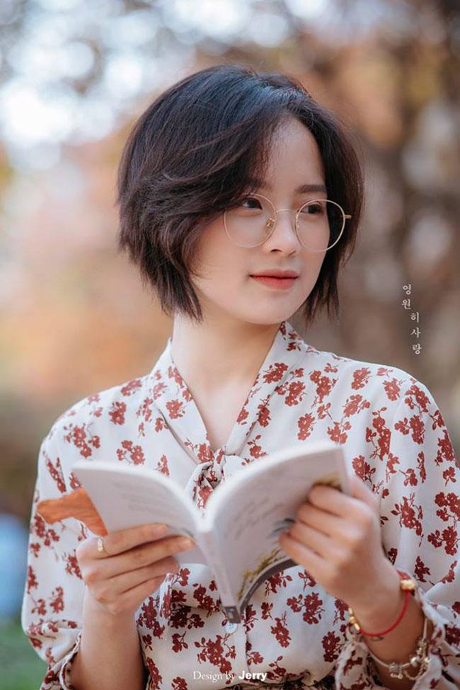 con gái đọc sách