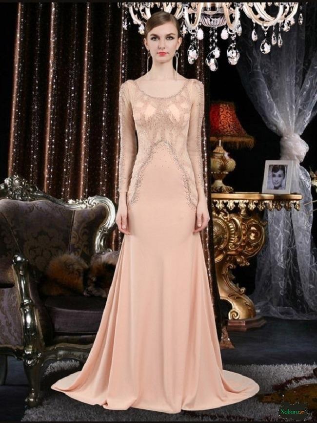 Đầm dài trung niên chất liệu voan là lựa chọn cho sự mềm mại, nữ tính.