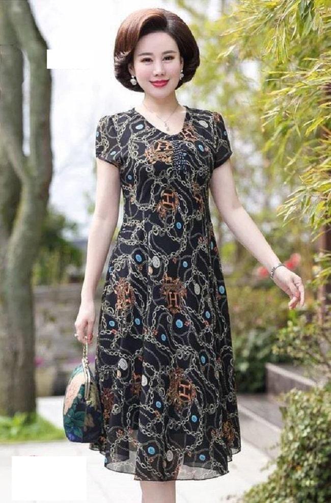 Đầm ren trung niên dáng dài thích hợp cho mọi sự kiện.