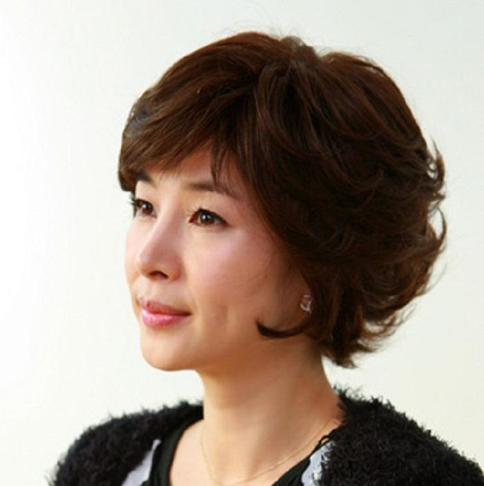 Kiểu tóc bob ngắn xoăn nhẹ rất hợp với người có mặt dài cằm vuông.