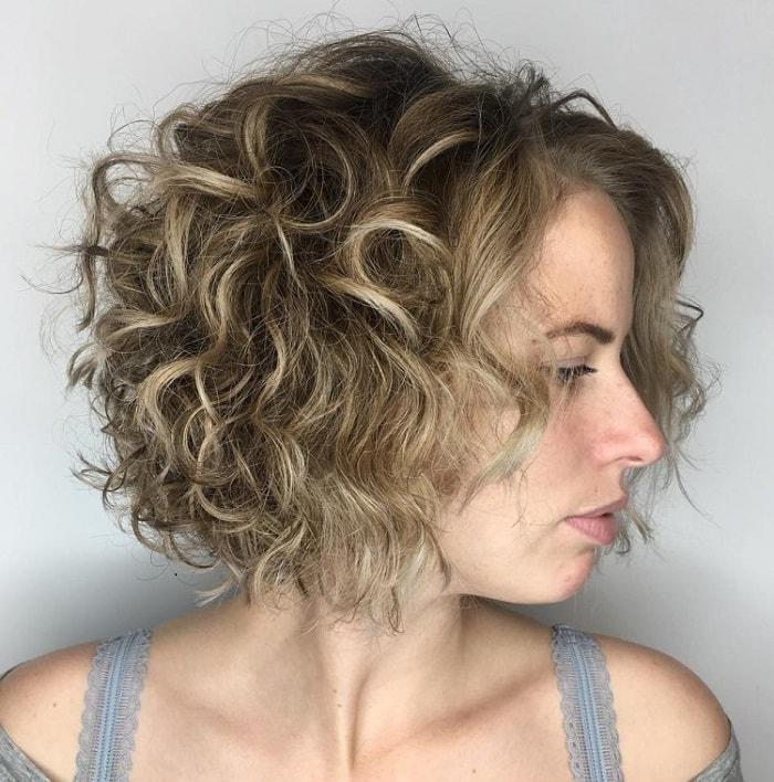 Kiểu tóc bob ngắn xoăn phồng rất hợp với phụ nữ trung niên.