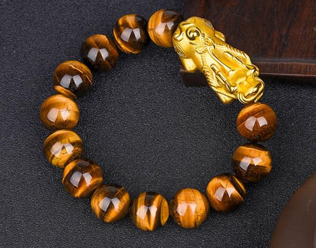 Vòng đeo tay phong thuỷ bằng đá mang lại may mắn tài lộc.